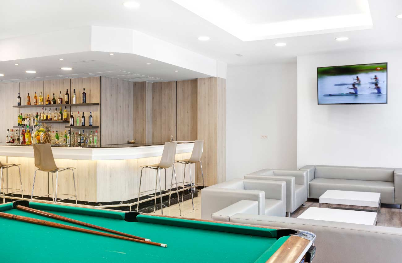 bar with billiards in the hotel roc continental park in playa de muro