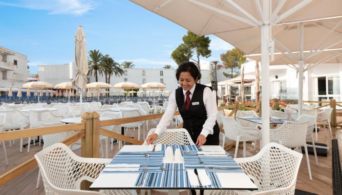 all-inclusive service in the buffet of the hotel roc continental park in playas de muro