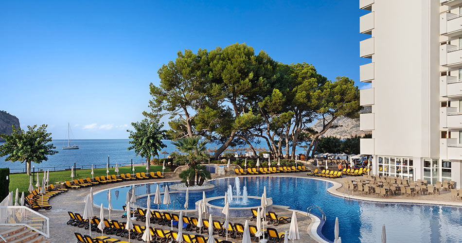 Swimming pool with sea views at the Hotel Roc Gran Camp de Mar