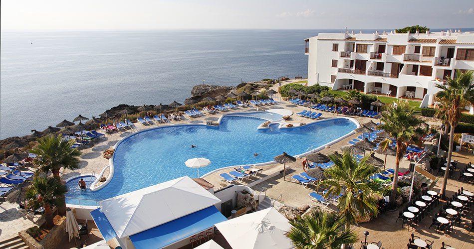 Hotel Roc Las Rocas located on the sea