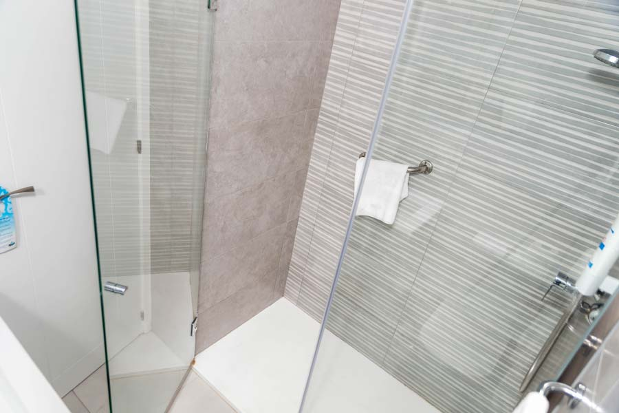 Shower Bathroom Double room for individual use Hotel Roc Flamingo