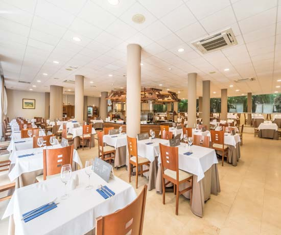 breakfasts, lunches and dinners with family or couple in the restaurant of the hotel roc lago rojo in málaga
