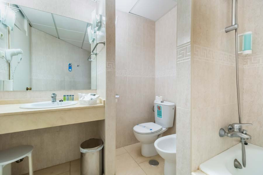 Junior Suite Bathroom for individual use Hotel Roc Lago Rojo
