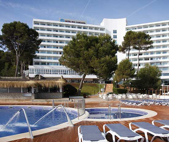spend a family summer in the pools of the hotel roc carolina in cala ratjada