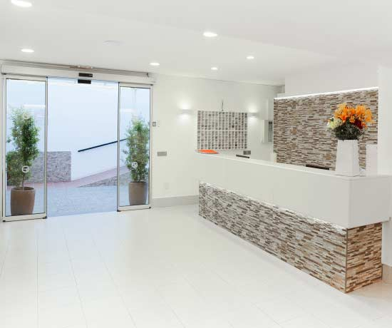 reception service in the apartments roc lago park in Cala den Bosc