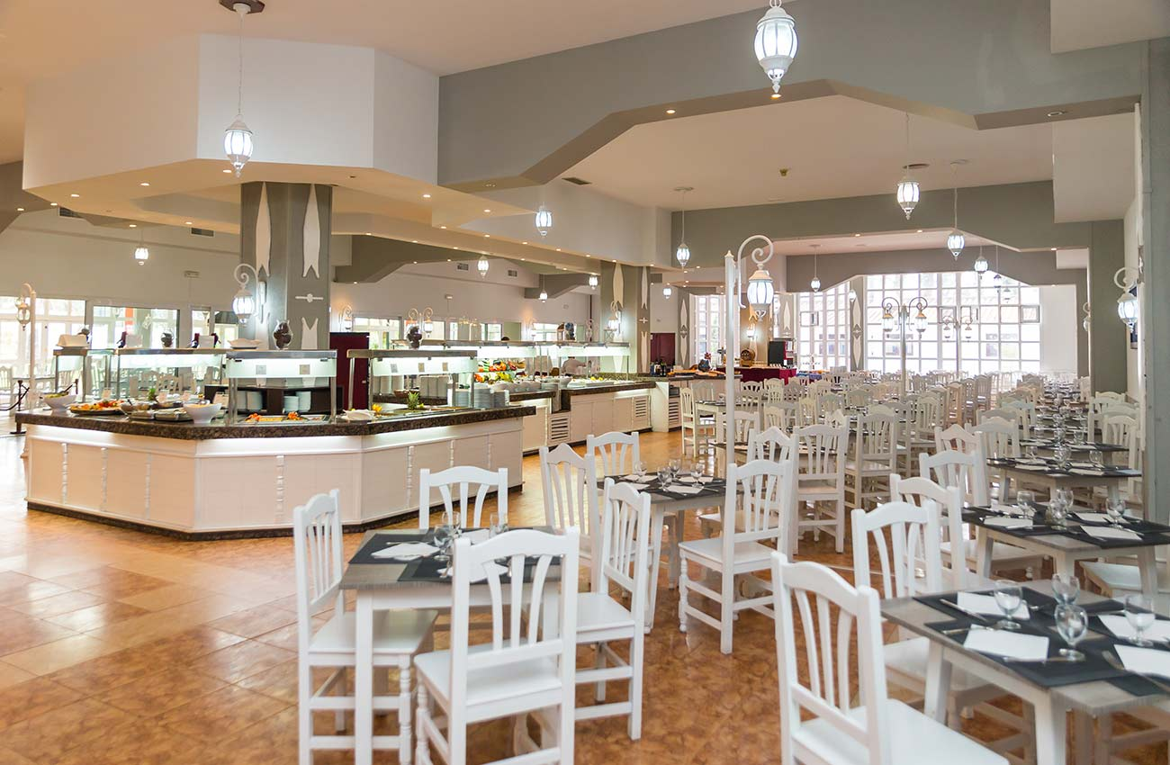 breakfasts, lunches and dinners in the restaurant of the hotel roc marbella park in Marbella