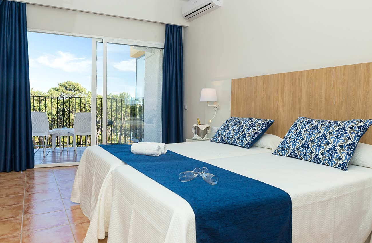 comfortable bedroom with terrace in the hotel roc marbella park in Marbella